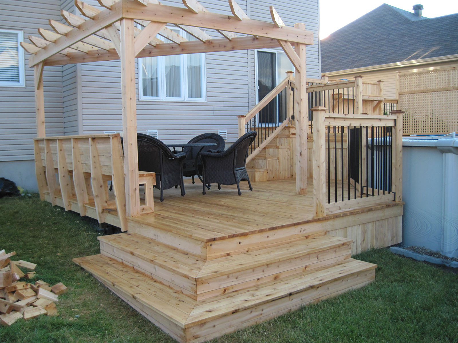 Patio pergola and wood fence sunrise paysagiste - Faire sa pergola en bois ...
